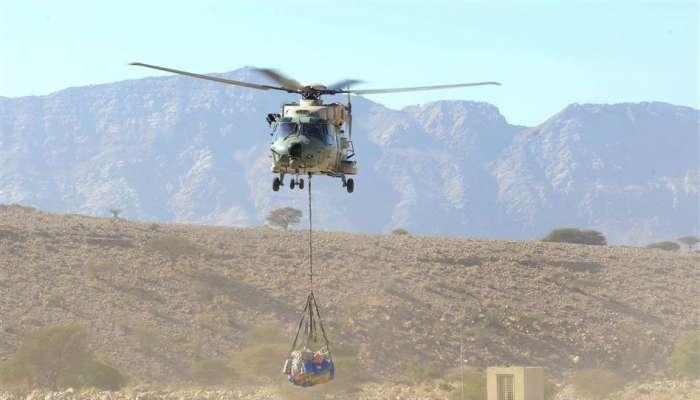 سلاح الجو و الجيش السلطاني يواصلان نقل مواد استهلاكية وتموينية لقاطني المناطق البعيدة والجبلية