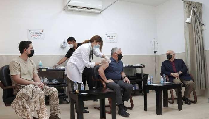ملك الأردن وولي عهده يتلقون لقاح فيروس كورونا