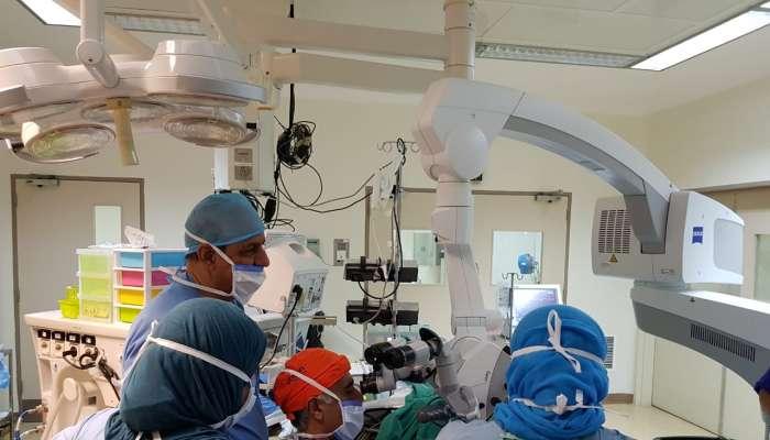 مستشفى النهضة ينجح في إجراء عملية زراعة قوقعة لطفلة تبلغ سنة ونصف فقدت حاسة السمع