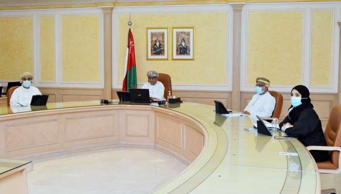 في اجتماع خليجي طارئ.. وزير الصحة: السلطنة تنظر للسلالات المتحورة باهتمام وحذر شديدين