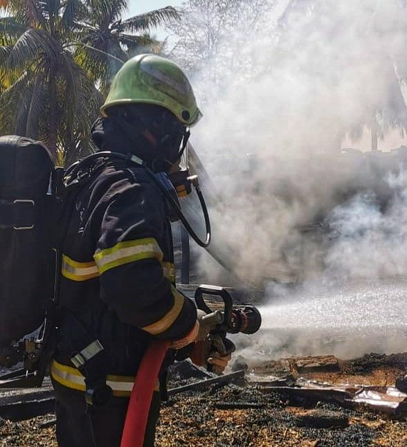 فرق الإطفاء تخمد حريقًا في صلالة