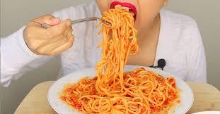 دراسة يابانية توضح ما يفعله تناول الطعام بسرعة في أجسامنا