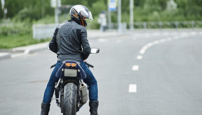 القبض على شخص سرقة هواتف من مجموعة مارّةٍ مستخدمًا دراجته النارية