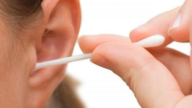 كم مرة يجب عليك تنظيف أذنيك؟