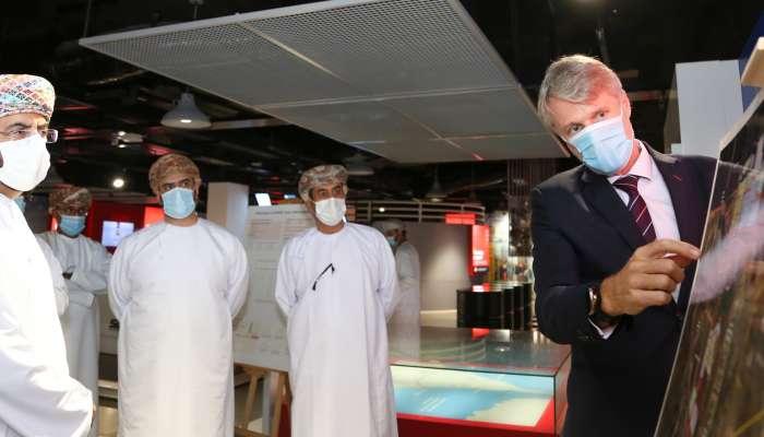 وزير الاقتصاد  يزور ميناء صحار والمنطقة الاقتصادية الحرة