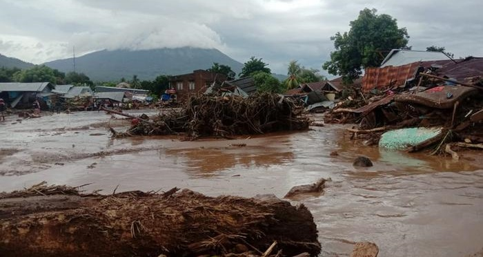 Heavy rains hamper landslide rescue efforts in Indonesia