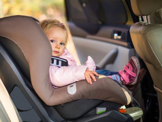 عدم استخدام كرسي الأطفال في السيارة مخالفة قانونية