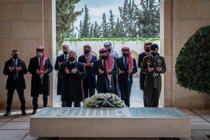 أول ظهور للأمير حمزة برفقة الملك عبد الله بعد الأزمة
