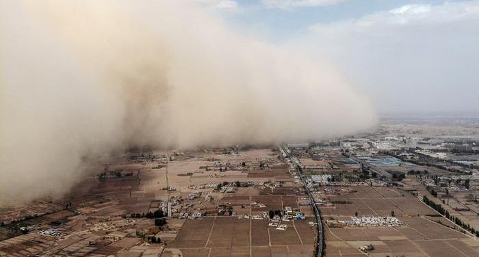 Sandstorm engulfs town in China's Gansu province