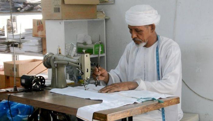 سعيد الطوقي مواطن يمارس مهنة الخياطة  لأكثر من 60 عامًا