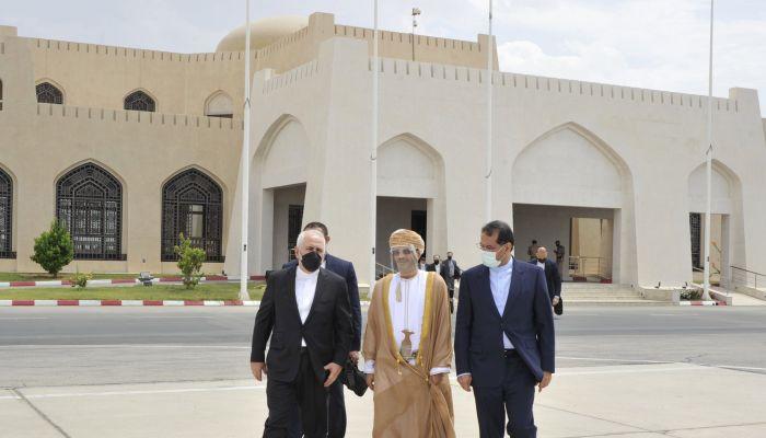 وزير الخارجية الإيراني يغادر السلطنة