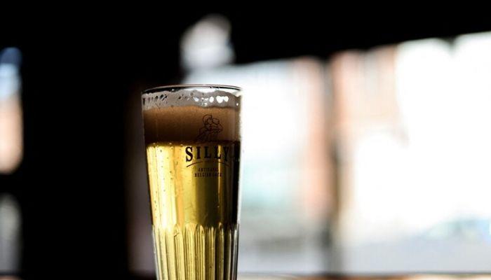 حاكم ولاية أمريكية يوعد بكأس من الجعة لكل من يحصن نفسه ضد كورونا!
