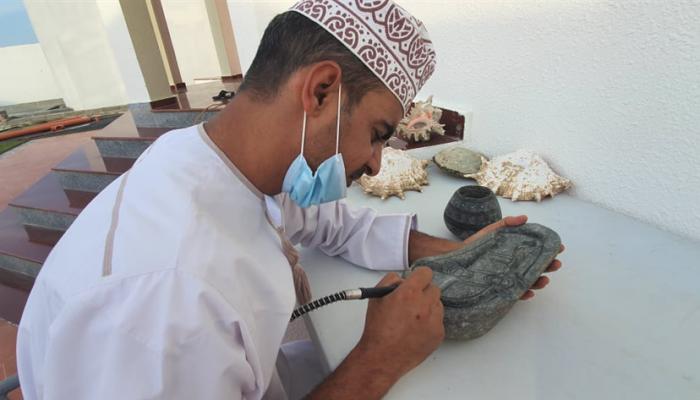 مواطن  يصنع من الصخر تحفا فنية