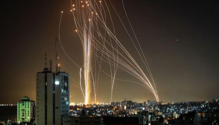 صحفي إسرائيلي: إسرائيل تتعرض لأقوى هجوم صاروخي في تاريخها