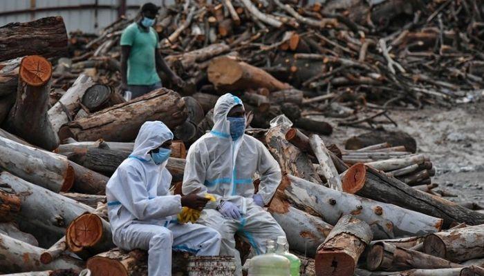 عملية مثيرة للقلق.. هنود يلقون جثث ضحايا كورونا في الأنهار خوفا من المرض