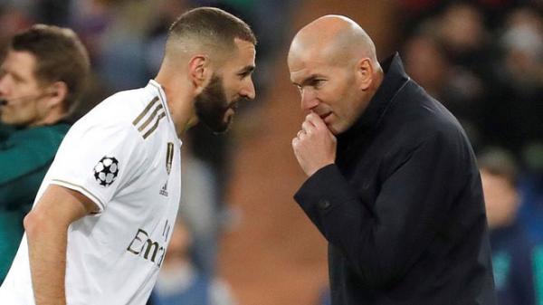 زيدان يُبلغ لاعبي ريال مدريد برحيله نهاية الموسم