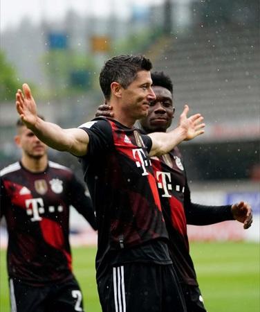 Lewandowski becomes second player to score 40 goals in single Bundesliga season