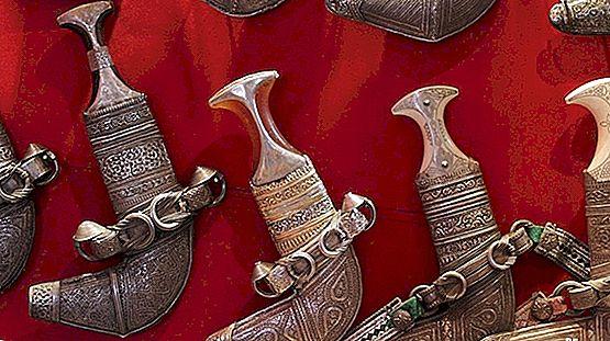 محفوظة البلوشية تبدع في صناعة الخناجر العُمانية