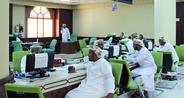 أكثر من 53 ألف عدد العمانيين في القطاع العام من يتقاضون أجرًا بين ألف وأقل من ألفي ريال