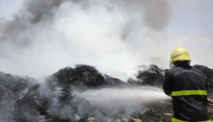 فرق الدفاع المدني تتعامل مع حريق بنزوى