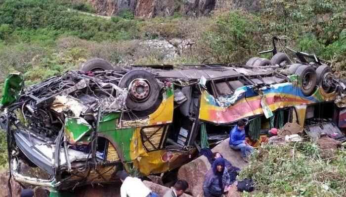 مقتل 17 شخصًا وإصابة 16 آخرين في حادث تحطم حافلة في بيرو