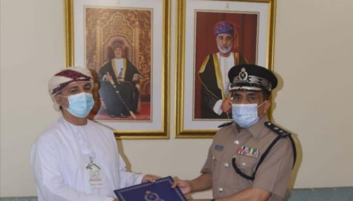 قيادة شرطة محافظة البريمي تكرم فريقًا تطوعيًا