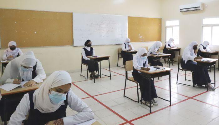 وفق إجراءات احترازية مشددة: طلبة دبلوم التعليم العام بظفار يؤدون امتحاناتهم النهائية