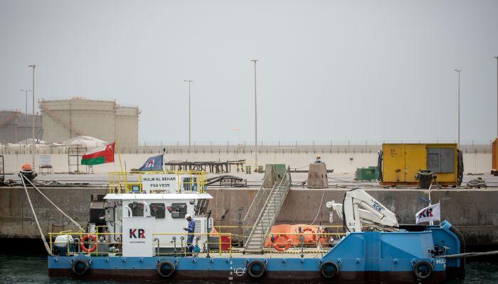 بأيدٍ عمانية.. اسياد تنجز بناء أول سفينة في الحوض الجاف