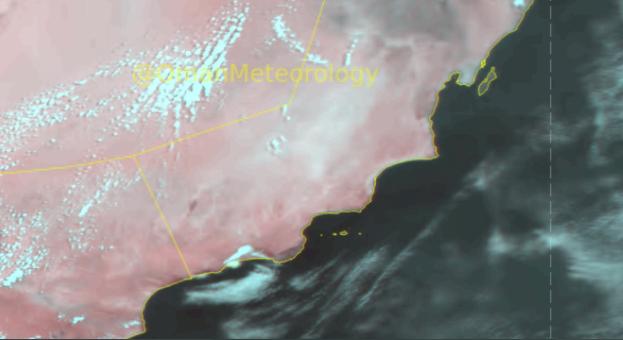 أمطار مصحوبة برياح هابطة نشطة على أجزاء من سواحل وجبال ظفار