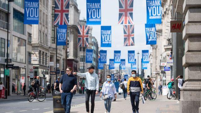 بريطانيا سترفع قيود الكمامة والتباعد الاجتماعي في 19 يوليو
