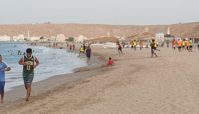 شاطئ ولاية صور يجذب المرتادين لممارسة مختلف الأنشطة الشاطئية الرياضية والبحرية