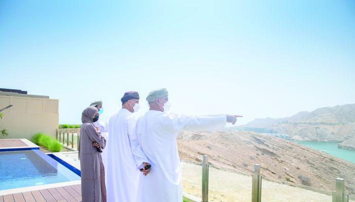 وزير الإسكان يطلع على مشروع خليج مسقط