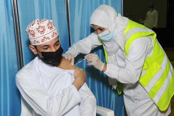 تعليق التطعيم ضد كوفيد19  مؤقتًا في السلطنة