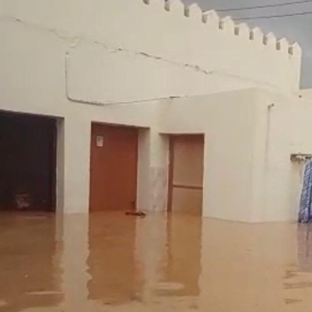الدفاع المدني تتواصل مع مواطن ارتفع منسوب المياه في منزلة لتقديم المساعده