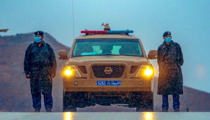 الشرطة تنبه لوجود كثافة مرورية بأحد الطرق بصحار بسبب جريان أحد الأودية