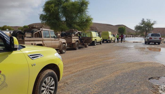 شمال الباطنة: إنقاذ عدد من المحتجزين بمركباتهم بعد جريان أودية بغزارة