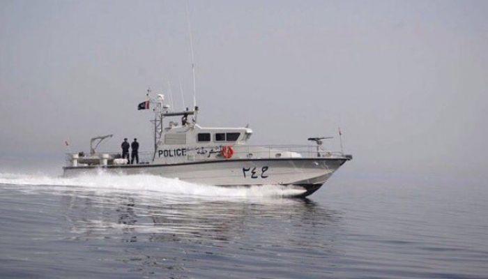 الشرطة تضبط قاربًا للتهريب قبالة سواحل السويق