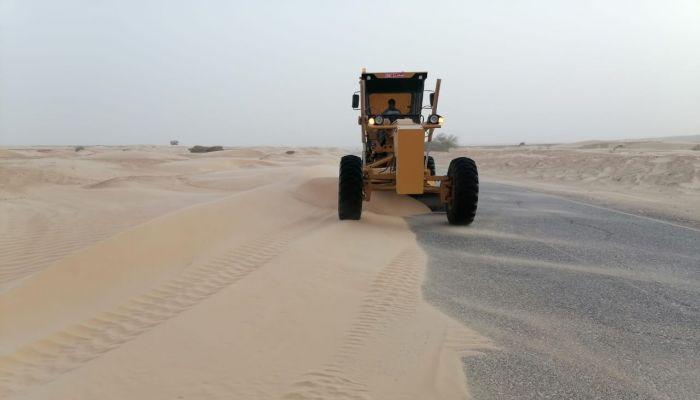 صيانة فورية على مدار الساعة لإزالة الرمال المتراكمة على طريق أدم - هيماء - ثمريت