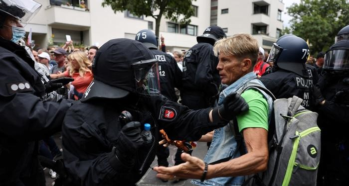 Berlin anti-lockdown protesters clash with police