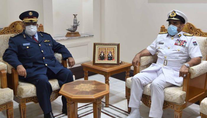 الرئيسي يعقد جلسة مباحثات رسمية مع رئيس أركان القوات المسلحة القطري