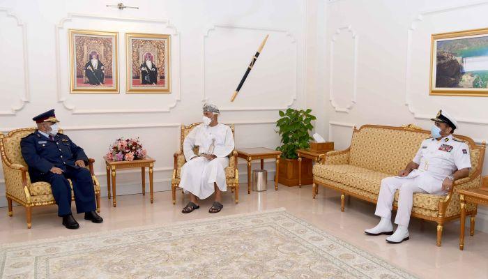 السيد شهاب بن طارق يستقبل رئيس أركان القوات المسلحة القطري