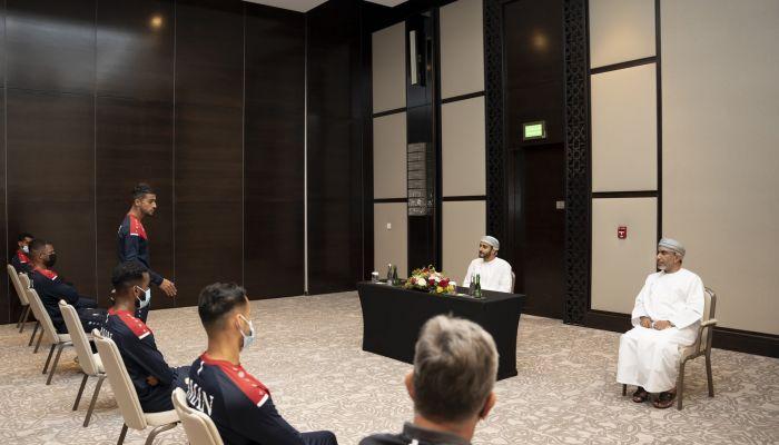 السيد ذي يزن بن هيثم يثق بقدرات نجوم الأحمر لتحقيق المزيد من النتائج الايجابية خلال لقائه معهم