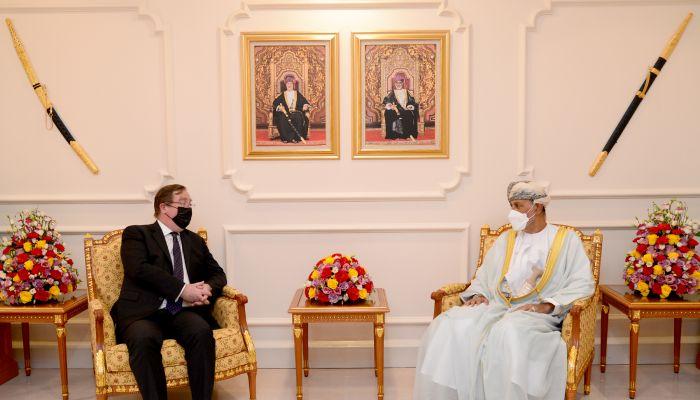 نيابة عن جلالة السلطان.. السيد شهاب يودع السفير البريطاني