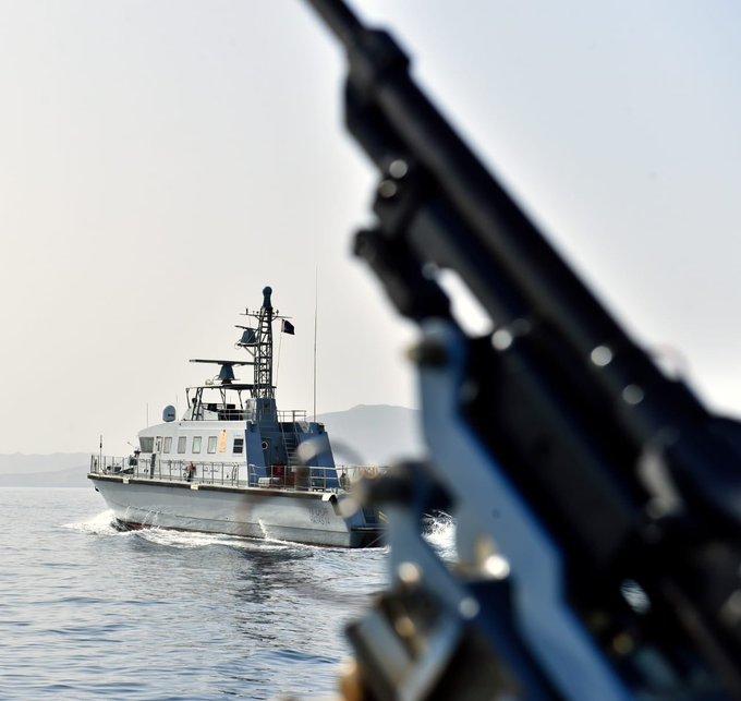 ضبط قارباً على متنه 16 متسللاً آسيوياً