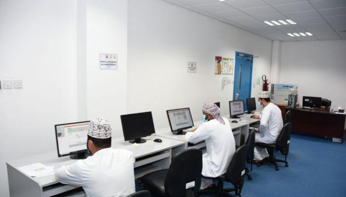 العمل تجري اختبارات لأكثر من 350 باحثاً عن عمل بشمال الباطنة