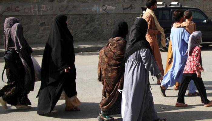 'طالبان' تسمح للنساء بالعمل في وظائف خاصة بالإناث فقط