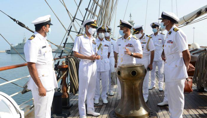 رئيس هيئة الأركان الهندية يزور سفينة شباب عمان الثانية