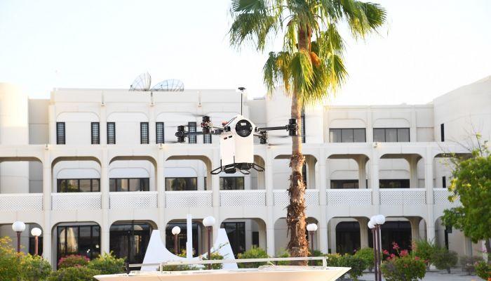 'الدرون' تحلق في جامعة السلطان قابوس في عرض تجريبي لنقل الطرود البريدية